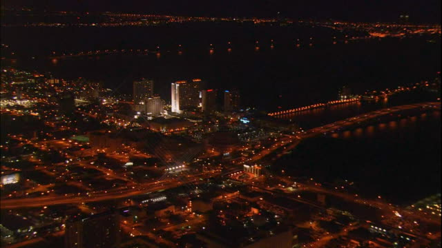 stockvideo's en b-roll-footage met american airlines arena on biscayne bay zi entrance with large banner hanging over upper windows people walking toward building - biscayne bay
