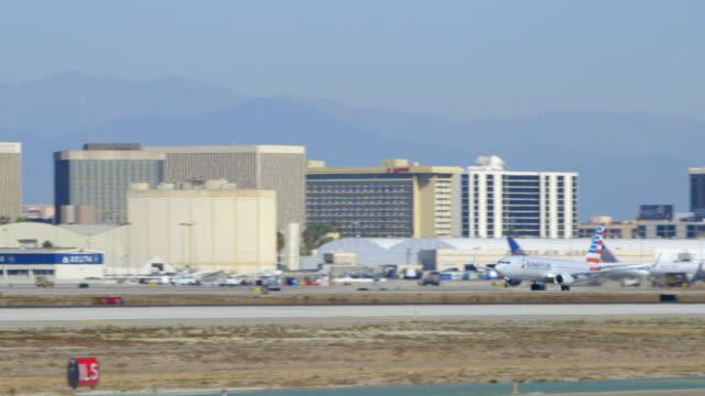 american airlines boeing-737 takes off from lax, daytime - västerländsk text bildbanksvideor och videomaterial från bakom kulisserna