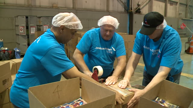 vídeos de stock, filmes e b-roll de wgn american airlines in chicago teamed up with feed my starving children to provide 100000 mannapack meals to people in hurricaneravaged puerto rico... - porto riquenho