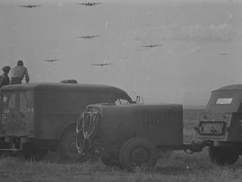 vidéos et rushes de american bomber planes arriving at airfield - ex urss