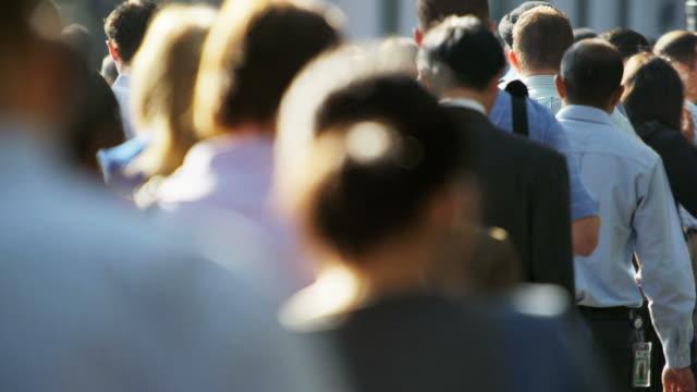 american business people walking to work downtown manhattan - besichtigung stock-videos und b-roll-filmmaterial
