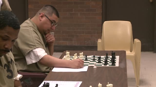 stockvideo's en b-roll-footage met american chess grandmaster timur gareev played 10 inmates simultaneously while blindfolded at thecook county jail jail inmates playing chess in... - schaakstuk