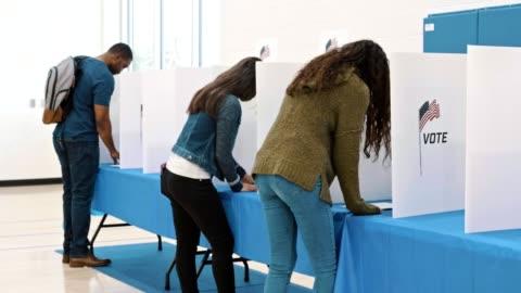amerikanska medborgare röstar på valdagen - röst bildbanksvideor och videomaterial från bakom kulisserna