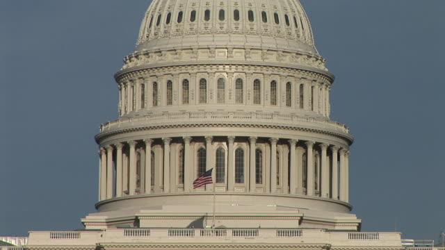 vidéos et rushes de ms, american flag against united states capitol, washington, dc, washington, usa - style néoclassique