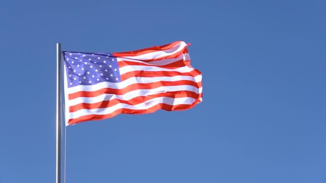 風に舞い上がるアメリカ国旗 - 旗棒点の映像素材/bロール