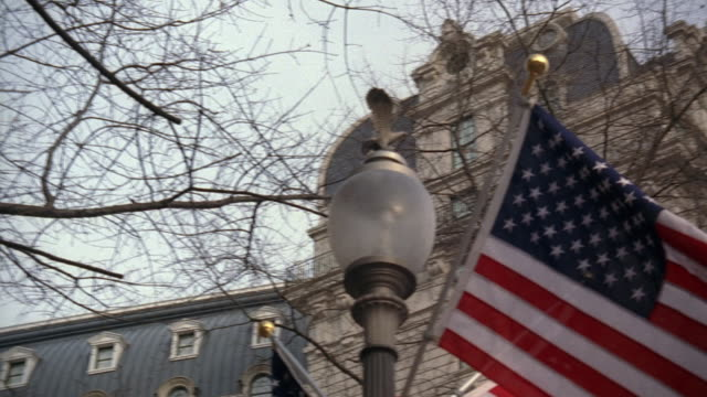 vídeos y material grabado en eventos de stock de pan american flag flying outside the willard hotel, beside a streetlight with a decorative brass eagle statuette / washington, d.c., united states - ornate