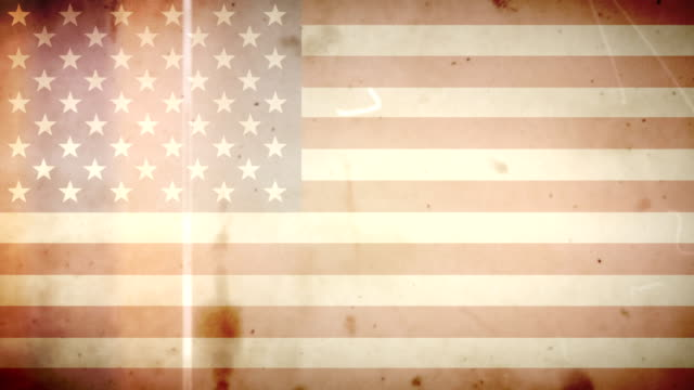 amerikanische flagge mit grunge retro alte film-loop mit audio - audio available stock-videos und b-roll-filmmaterial