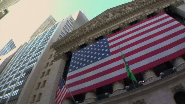la ms pan american flag hanging from new york stock exchange building / manhattan, new york, usa - 2007 bildbanksvideor och videomaterial från bakom kulisserna