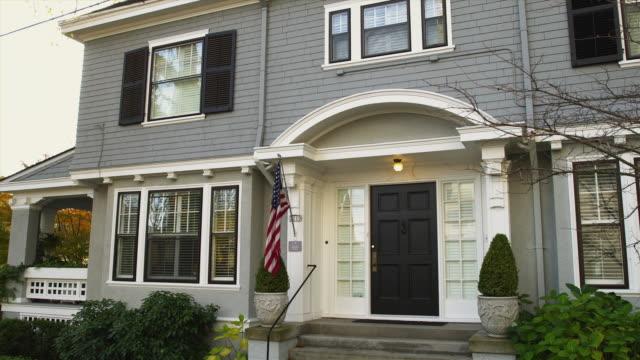 ms pan american flag in front of colonial home / portland, oregon, usa - portland oregon bildbanksvideor och videomaterial från bakom kulisserna