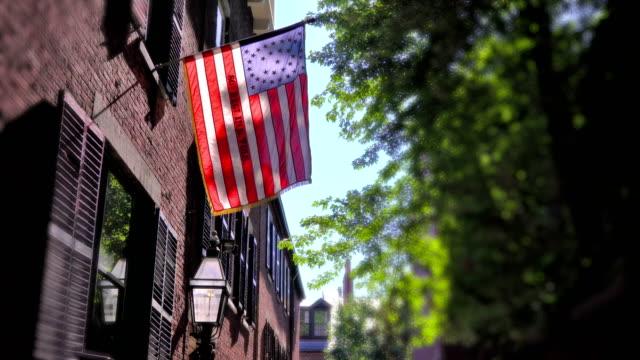 vídeos de stock e filmes b-roll de american flag on acorn street boston - boston massachusetts