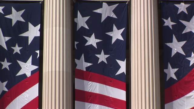 cu, zo, american flag on national archives building, washington dc, washington, usa - korinthisch stock-videos und b-roll-filmmaterial