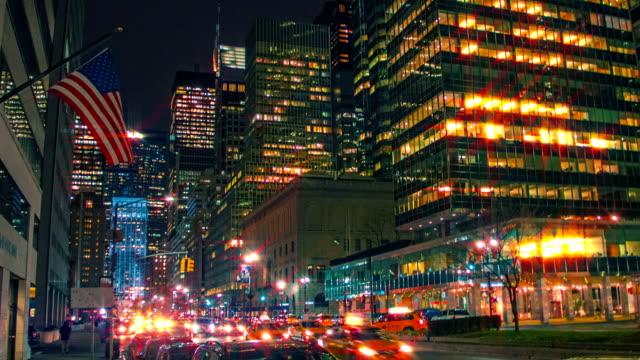 Amerikaanse vlag, verkeer op een straat, stad New York