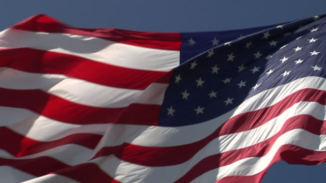 stockvideo's en b-roll-footage met american flag upward angle - amerikaanse vlag