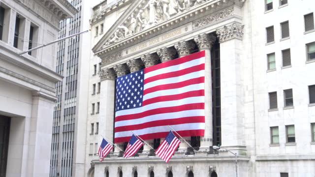 american flag, wall street, new york city - wall street stock-videos und b-roll-filmmaterial