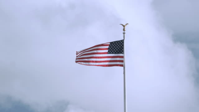 vídeos y material grabado en eventos de stock de ws american flag waving in the breeze against a partly cloudy sky / washington, d.c., united states - formato buzón