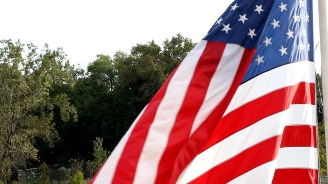 アメリカの国旗が風の強い日に手を振る - 旗棒点の映像素材/bロール