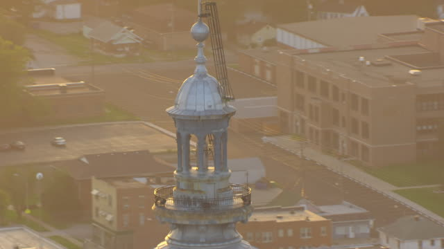 vídeos y material grabado en eventos de stock de ws tu ds aerial pov american flag waving on top of illinois state capitol building with cityscape / springfield, illinois, united states - cúpula
