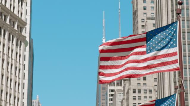 vidéos et rushes de american flag waving on top of michigan avenue bridge - michigan bridge