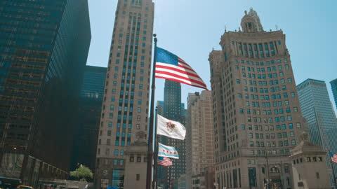 american flag waving on top of michigan avenue bridge - ミシガン橋点の映像素材/bロール