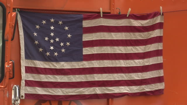 stockvideo's en b-roll-footage met cu, american flag with stars arranged in peace sign, new york city, new york, usa - wasknijper
