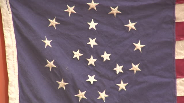 stockvideo's en b-roll-footage met cu, zo, american flag with stars arranged in peace sign, new york city, new york, usa - wasknijper