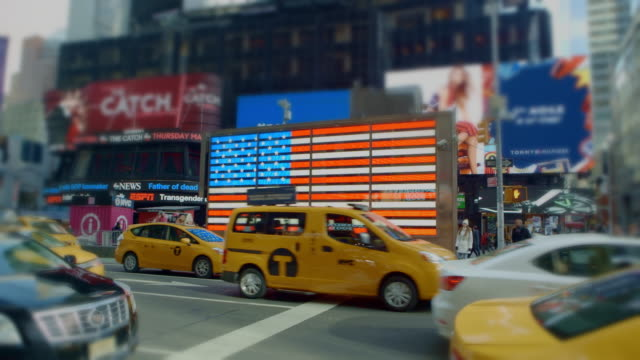 american flag zoom out time square new york city yellow taxi - yellow taxi video stock e b–roll