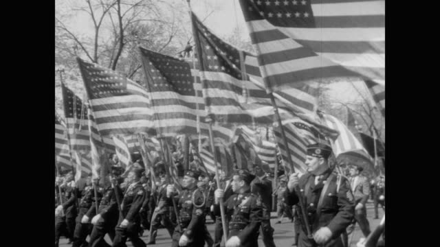 american flags carried by members of the american legion, passing central park - 1949 bildbanksvideor och videomaterial från bakom kulisserna