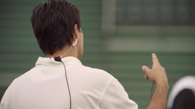 vídeos de stock e filmes b-roll de slo mo, cu, pan, american football coach talking to players in field, staten island, new york, usa - treinador desportivo
