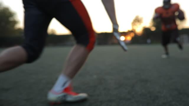 アメリカン フットボールの決闘 - アメリカンフットボールヘルメット点の映像素材/bロール