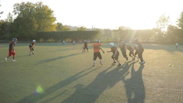 モーションでのアメリカン フットボール試合 - アメリカンフットボールヘルメット点の映像素材/bロール