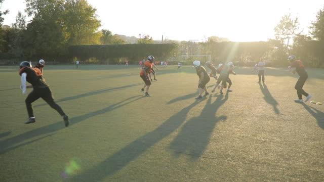 american football auf dem feld - football feld stock-videos und b-roll-filmmaterial