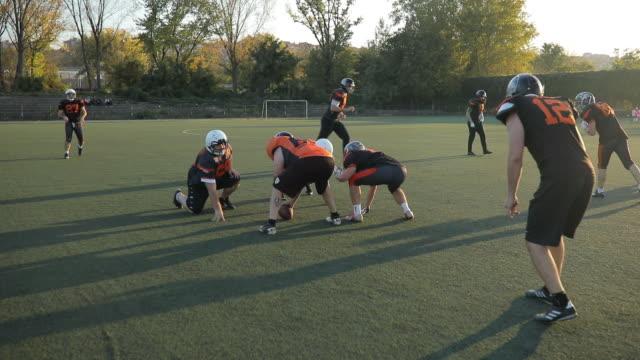 vidéos et rushes de football américain sur le terrain - sport d'équipe