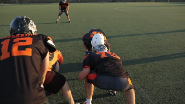 アメリカン フットボールのフィールドに - アメフトのユニフォーム点の映像素材/bロール