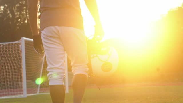 vídeos de stock, filmes e b-roll de jogador de futebol americano no sports stadium (em silhueta) - capacete esportivo