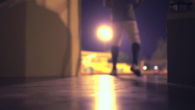 vídeos y material grabado en eventos de stock de jugador de fútbol americano saliendo al estadio con el balón en la mano - puerta entrada