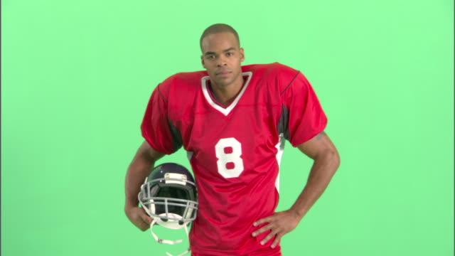 ms, american football player in studio, portrait - アメリカンフットボールヘルメット点の映像素材/bロール