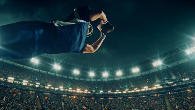 アメリカン ・ フットボール プレーヤーはボールをジャンプします。 - クオーターバック点の映像素材/bロール