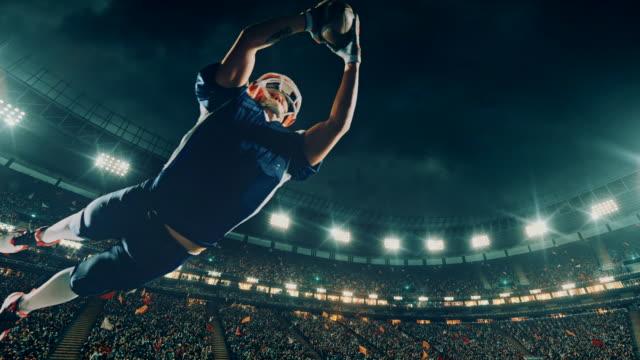us-amerikanischer american-football-spieler springt mit einem ball - football feld stock-videos und b-roll-filmmaterial
