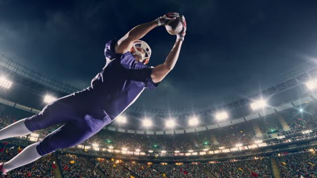 US-amerikanischer American-Football-Spieler springt mit einem ball