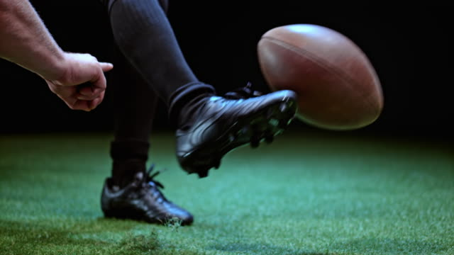 vidéos et rushes de slo mo american football player taking the place kick - donner un coup de pied