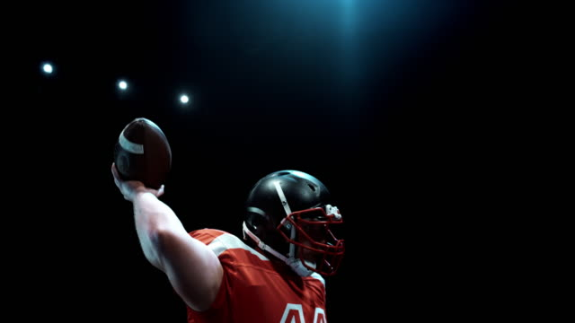 speed ramp american football player throwing the ball - 投げる点の映像素材/bロール