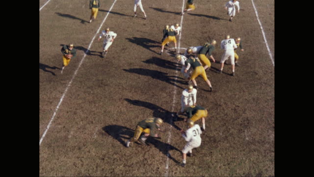 WS HA American football players at line of scrimmage / United States
