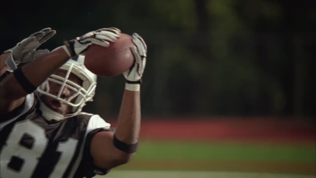 vídeos de stock, filmes e b-roll de slo mo, cu, td, american football players in action, staten island, new york, usa - pegar