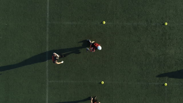 アメリカン フットボール練習 - クオーターバック点の映像素材/bロール