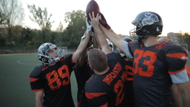 アメリカン フットボールのチームが試合に勝った - 頭にかぶるもの点の映像素材/bロール