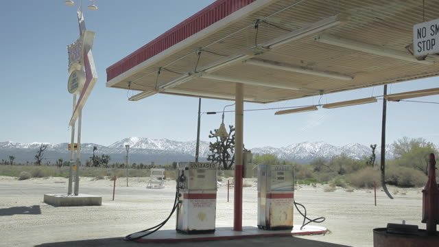 vídeos de stock e filmes b-roll de ws american gas station on road, looks like desert or country side / palmdale, ca, united states  - gasolina