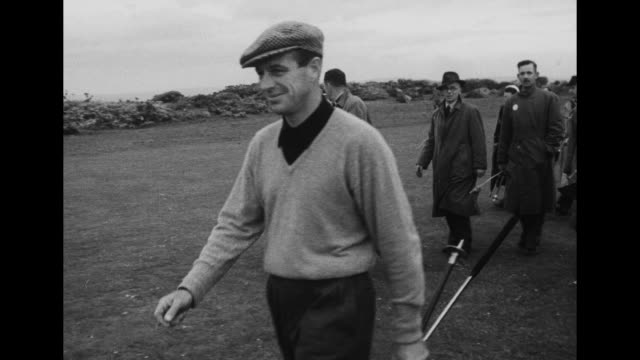 vidéos et rushes de ls american golfer charles coe putts onto green / ms fellow american golfer dick chapman teeing off / spectators / ms coe teeing off / chapman and... - ball trap