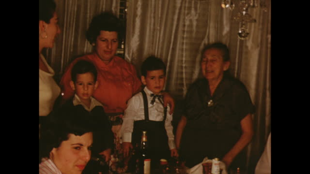vidéos et rushes de american home movie footage circa 1950 of a family group posing for the camera - famille multi générations