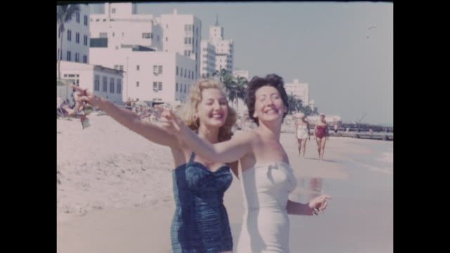 vídeos de stock, filmes e b-roll de american home movie footage circa 1950 of a group of friends on vacation in miami beach - roupa de natação