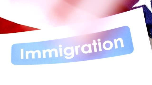 vídeos de stock, filmes e b-roll de imigração americana, formas de cidadania com bandeira de eua. - usa